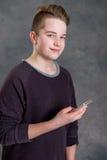 Adolescente amistoso con smartphone Imagenes de archivo