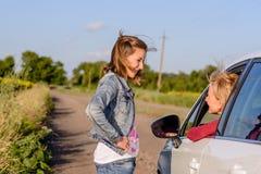 Adolescente amistoso que habla con un conductor femenino Foto de archivo