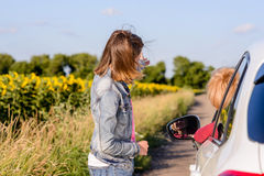 Adolescente amistoso que habla con un conductor femenino Imágenes de archivo libres de regalías