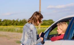 Adolescente amistoso que habla con un conductor femenino Fotos de archivo
