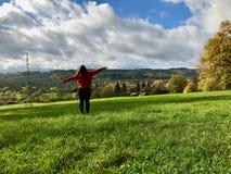 Adolescente appréciant la vue en nature jugeant ses mains grandes ouvertes photo libre de droits