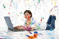 Adolescente artístico con la computadora portátil Fotografía de archivo libre de regalías