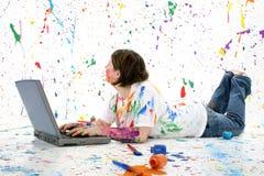 Adolescente artístico con la computadora portátil Foto de archivo libre de regalías