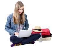 Adolescente asentado con un ordenador portátil Imágenes de archivo libres de regalías