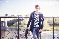 Adolescente asiático à moda atrativo bonito do menino 15-16 anos velho no ci Foto de Stock