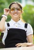Adolescente asiático alegre que lleva dos de vidrios de los ojos Fotografía de archivo