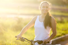 Adolescente asiático-caucásico joven en la bici Fotografía de archivo libre de regalías