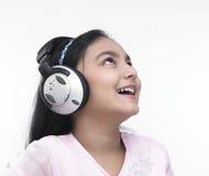 Adolescente asiático con los auriculares Imágenes de archivo libres de regalías