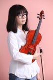 Adolescente asiático con los vidrios del violín Fotografía de archivo libre de regalías