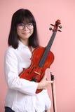 Adolescente asiático con sonrisa de los vidrios del violín Fotos de archivo libres de regalías