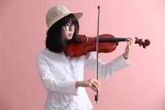 Adolescente asiático con sonrisa del sombrero de los vidrios del violín Fotos de archivo