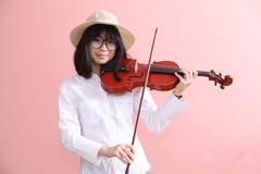 Adolescente asiático con sonrisa del sombrero de los vidrios del violín Foto de archivo