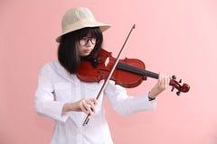 Adolescente asiático con sonrisa del sombrero de los vidrios del violín Imágenes de archivo libres de regalías