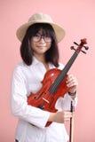 Adolescente asiático con sonrisa del sombrero de los vidrios del violín Imagen de archivo