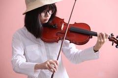 Adolescente asiático con sonrisa del sombrero de los vidrios del violín Foto de archivo libre de regalías
