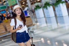Adolescente asiático de la mujer que usa smartphone imagen de archivo libre de regalías