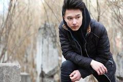 Adolescente asiático del muchacho en naturaleza Imagen de archivo