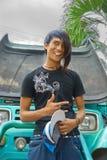 Adolescente asiático do emo na frente do carro macho Imagens de Stock Royalty Free