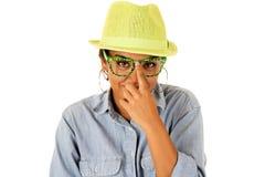Adolescente asiático empujando hacia arriba sus vidrios verdes divertidos Foto de archivo