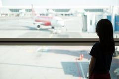 Adolescente asiático en el salón del aeropuerto Fotografía de archivo libre de regalías