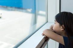 Adolescente asiático en el salón del aeropuerto Fotos de archivo libres de regalías