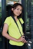 Adolescente asiático es una fotografía practicante del fotógrafo aficionado Fotos de archivo