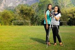 Adolescente asiático es una fotografía practicante del fotógrafo aficionado Foto de archivo libre de regalías