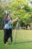 Adolescente asiático es una fotografía practicante del fotógrafo aficionado imagenes de archivo