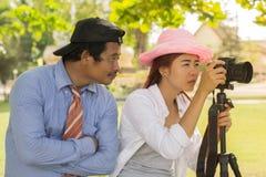 Adolescente asiático es una fotografía practicante del fotógrafo aficionado Imagen de archivo