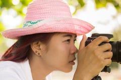 Adolescente asiático es una fotografía practicante del fotógrafo aficionado Fotos de archivo libres de regalías