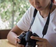 Adolescente asiático es una fotografía practicante del fotógrafo aficionado Imágenes de archivo libres de regalías
