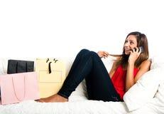 Adolescente asiático feliz en el sofá, con los bolsos Imagenes de archivo