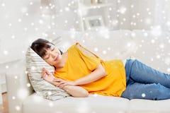 Adolescente asiático feliz que duerme en el sofá en casa Foto de archivo libre de regalías