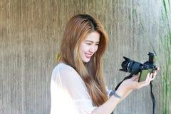Adolescente asiático hermoso que disfruta del selfie Foto de archivo libre de regalías