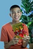 Adolescente asiático joven feliz de conseguir un regalo Fotos de archivo libres de regalías
