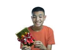 Adolescente asiático joven feliz de conseguir un regalo Imagenes de archivo