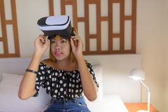 Adolescente asiático joven que se relaja en casa Imagenes de archivo