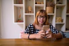 Adolescente asiático joven que se relaja en casa Imagen de archivo libre de regalías