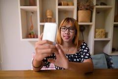 Adolescente asiático joven que se relaja en casa Imagen de archivo