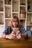 Adolescente asiático joven que se relaja en casa Imágenes de archivo libres de regalías
