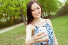 Adolescente asiático joven que usa smartphone Foto de archivo