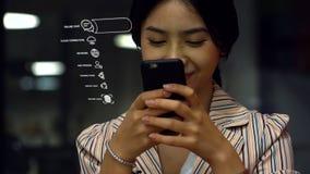 Adolescente asiático joven que usa un smartphone para comprar productos en línea Imágenes de archivo libres de regalías