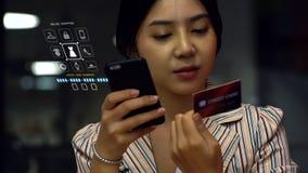 Adolescente asiático joven que usa un smartphone para comprar productos en línea Imagen de archivo libre de regalías