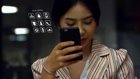 Adolescente asiático joven que usa un smartphone para comprar productos en línea Fotos de archivo libres de regalías