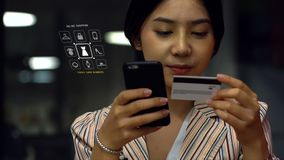 Adolescente asiático joven que usa un smartphone para comprar productos en línea Imagen de archivo