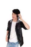 Adolescente asiático que habla en su teléfono móvil Fotos de archivo libres de regalías
