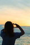 Adolescente asiático que hace forma del corazón en cielo Foto de archivo libre de regalías