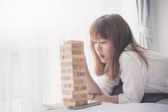 Adolescente asiático que juega el bloque de madera Imagenes de archivo