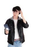 Adolescente asiático que mira su teléfono móvil Imágenes de archivo libres de regalías