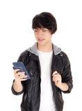 Adolescente asiático que mira su teléfono móvil Foto de archivo libre de regalías